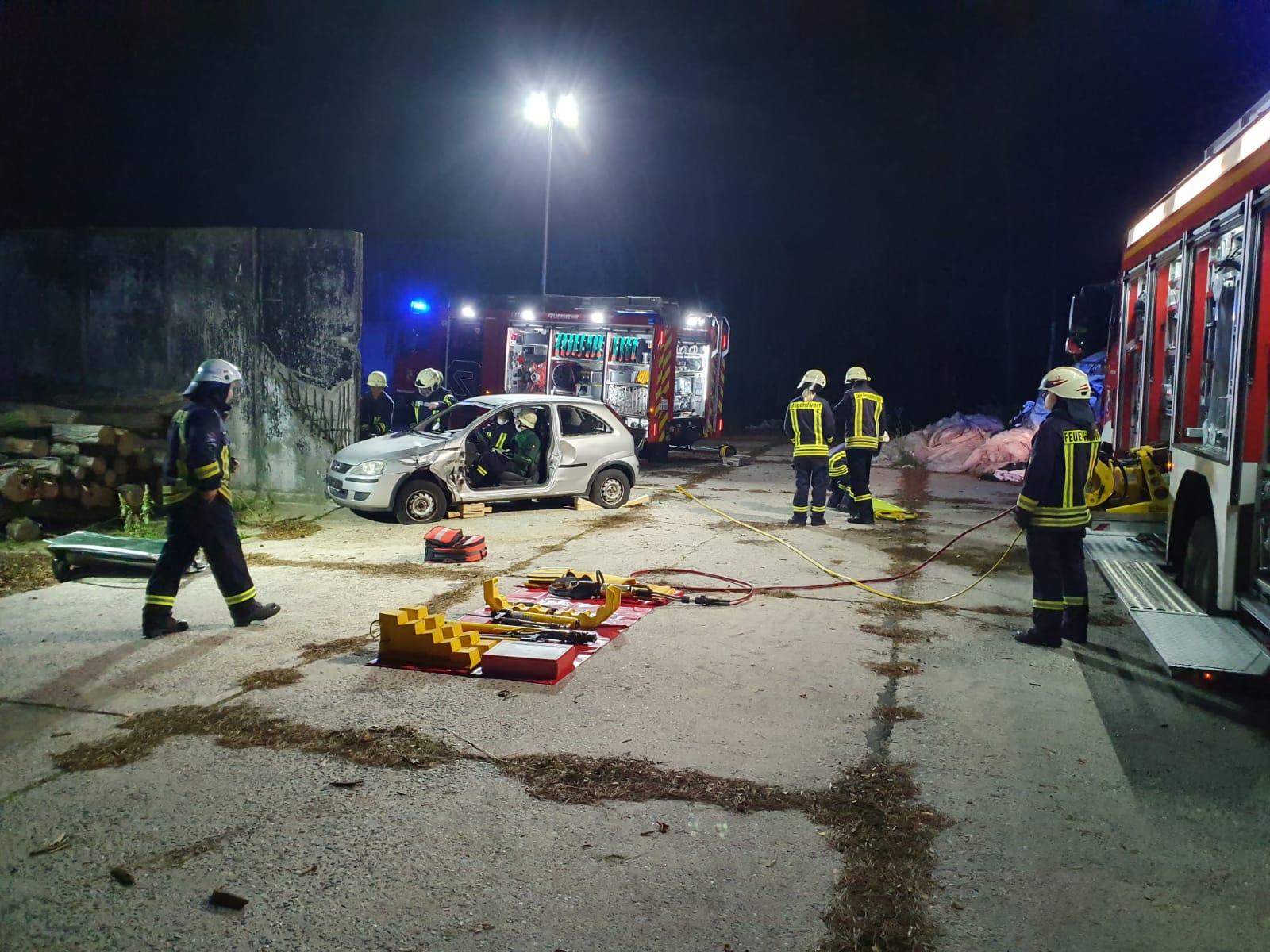 2019-10-23_Feuerwehr-trainiert-Verkehrsunfallhilfe_02