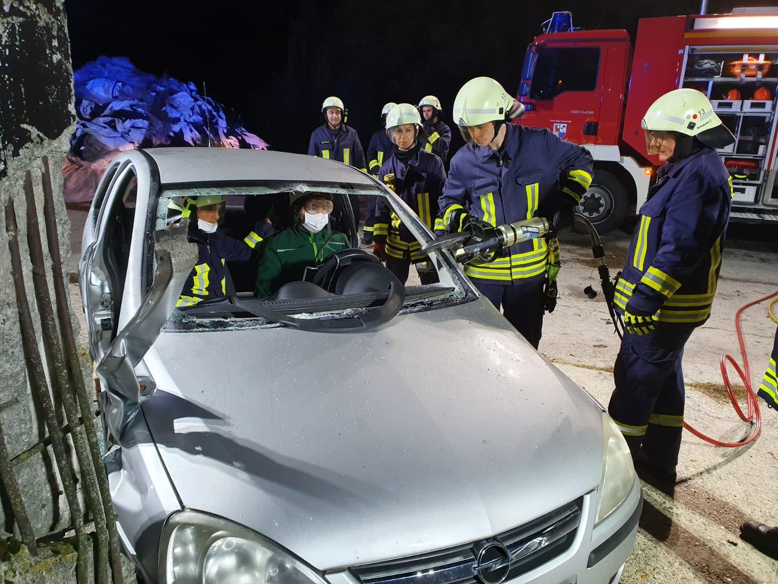 2019-10-23_Feuerwehr-trainiert-Verkehrsunfallhilfe_07