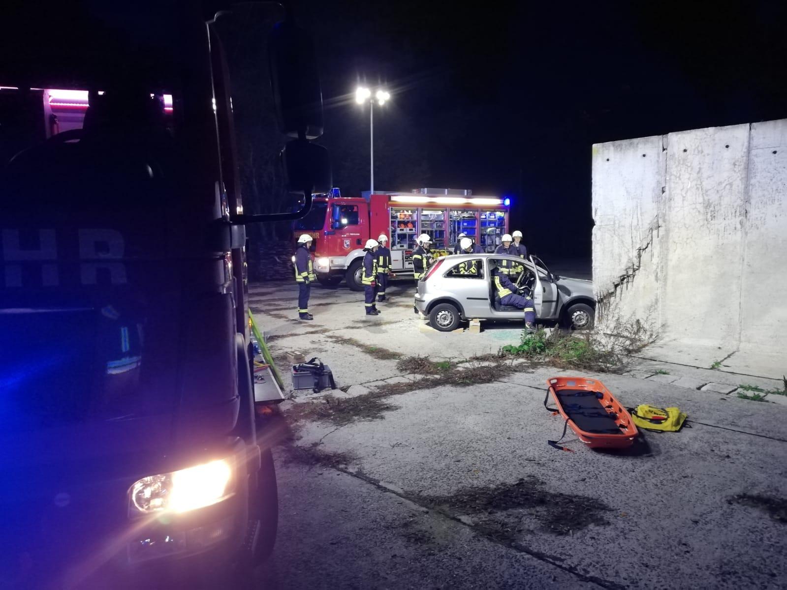 2019-10-23_Feuerwehr-trainiert-Verkehrsunfallhilfe_13