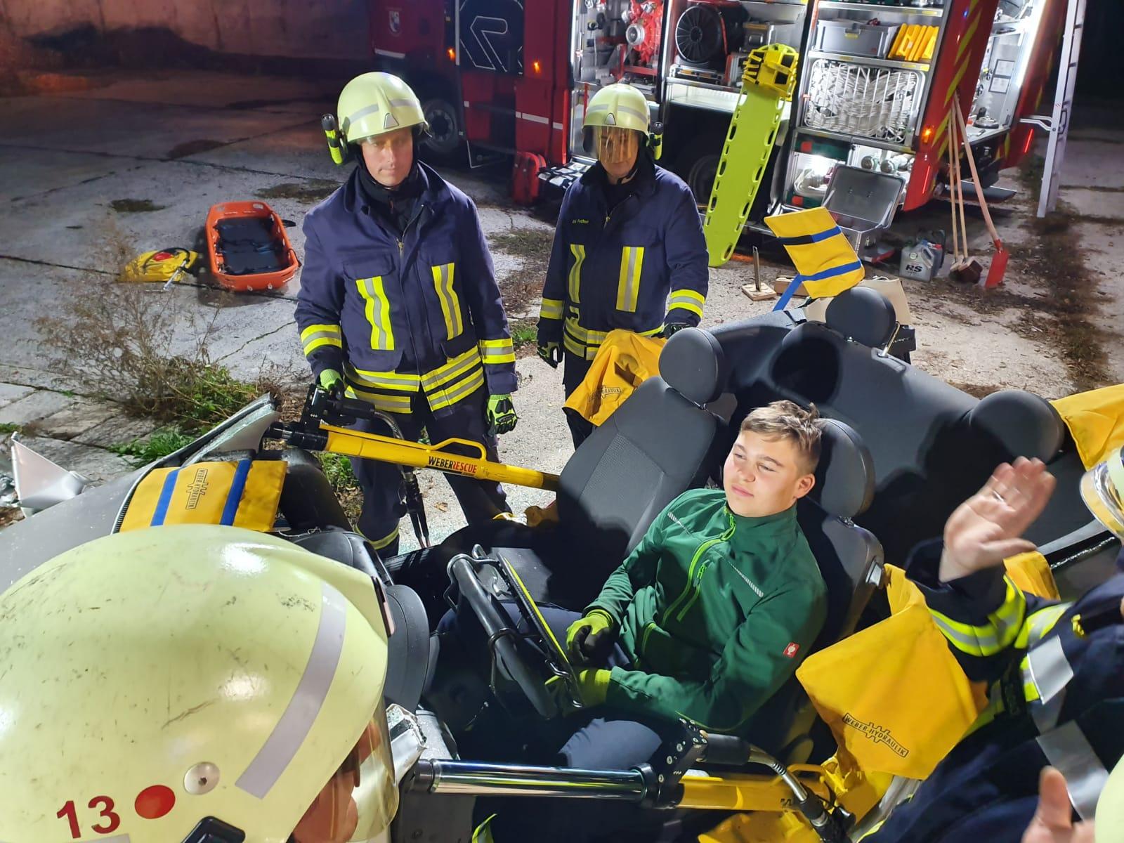 2019-10-23_Feuerwehr-trainiert-Verkehrsunfallhilfe_17