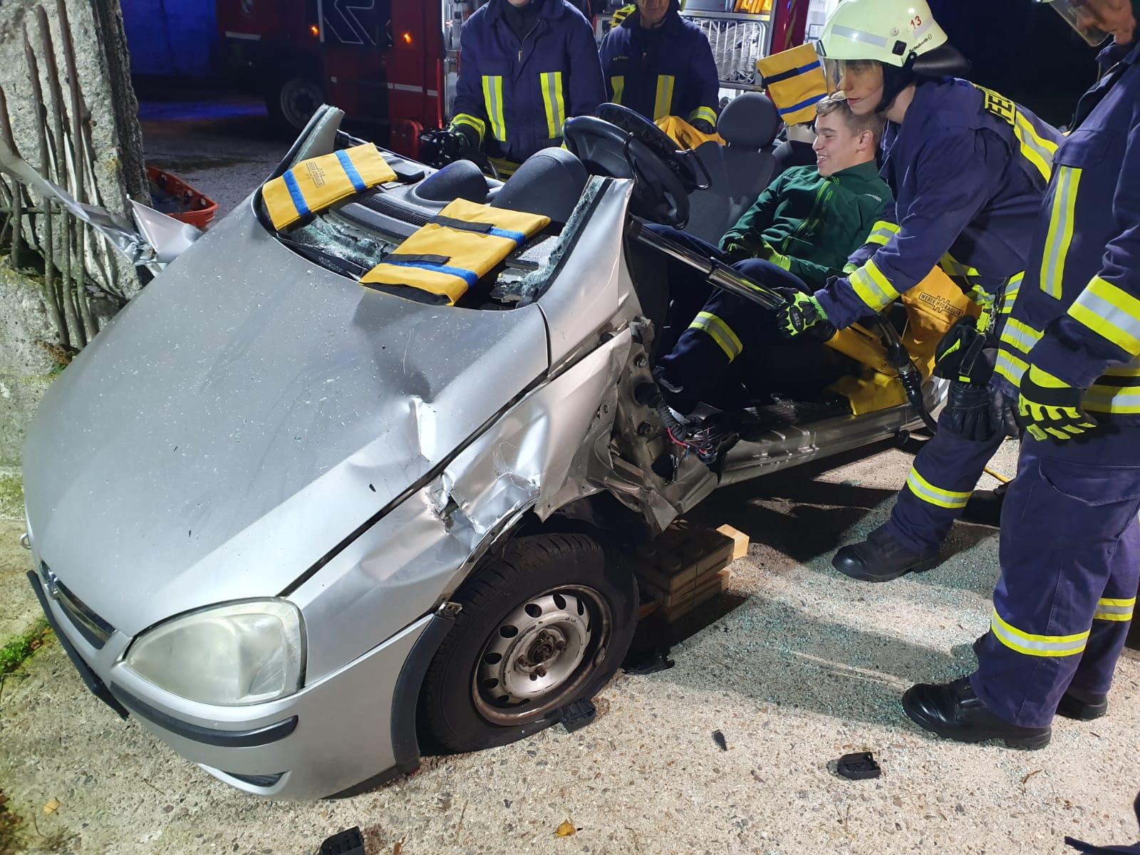 2019-10-23_Feuerwehr-trainiert-Verkehrsunfallhilfe_18