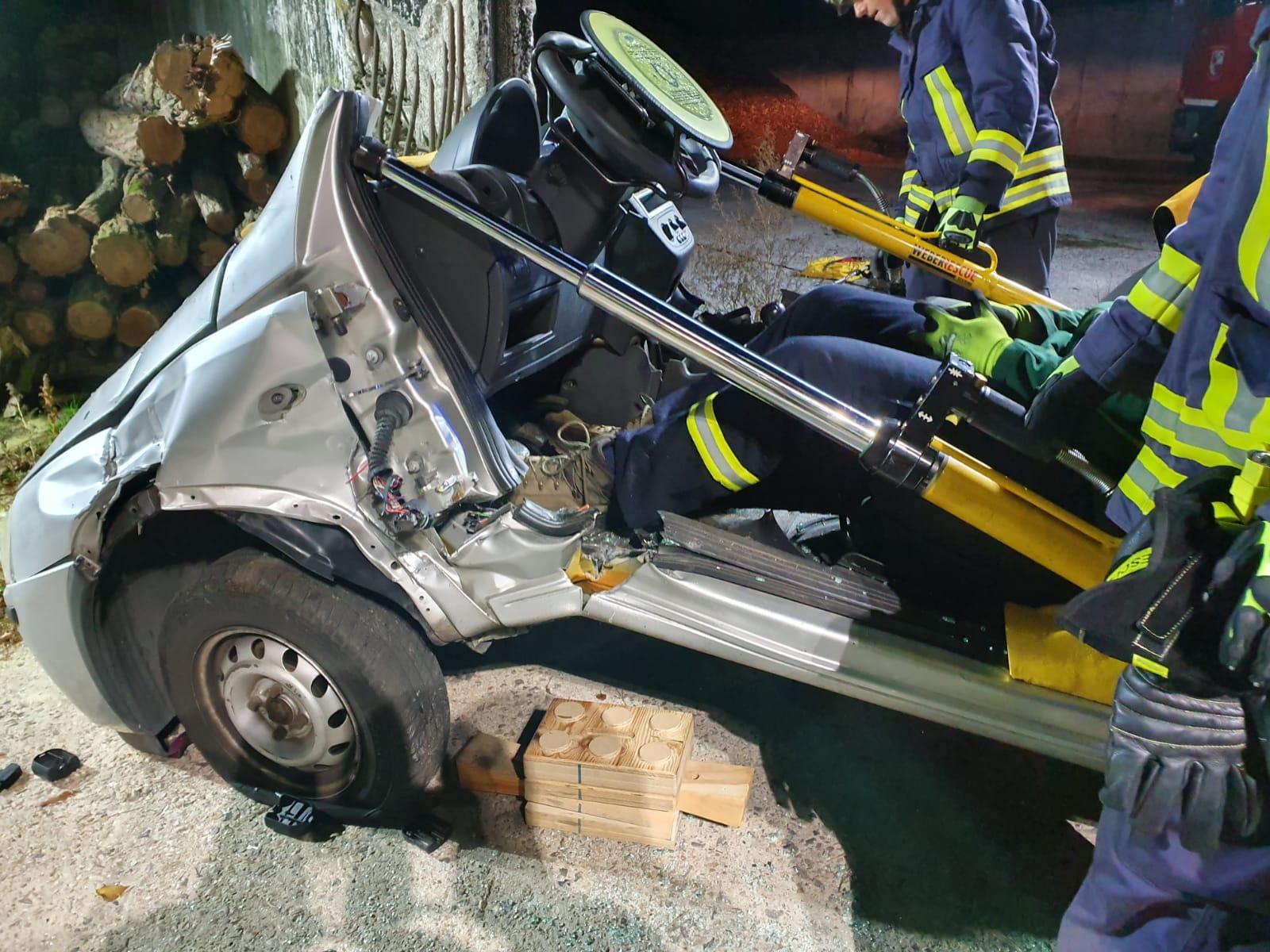 2019-10-23_Feuerwehr-trainiert-Verkehrsunfallhilfe_19